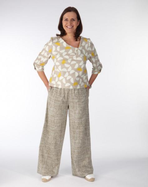 Weite Hose und Bluse an Model