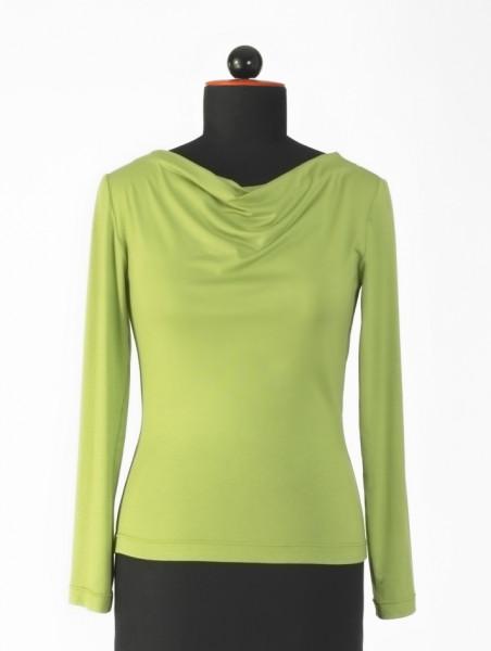 Frontansicht grünes langärmeliges T-Shirt mit Wasserfall-Ausschnitt an Schneiderbüste