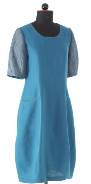 blaues langes Kleid mit andersfarbigen kurzen Ärmeln