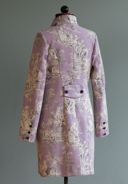 Rückansicht rosa gemusterter Gehrock mit violetter langer einreihiger Knopfleiste und Schalkragen an Schneiderbüste