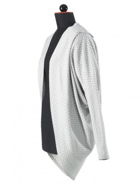 weite, graue Baumwollstrickjacke, unten abgerundet, Falten im Schulterbereich