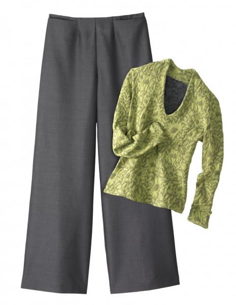 graue Hose mit weitem Hosenbein in Kombination mit grünem, geblümten Shirt.