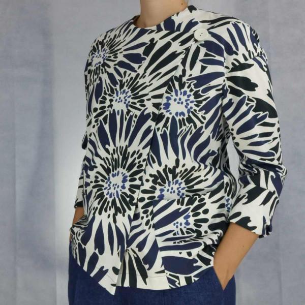 Jacke mit Raglananlage und großem weißen Knopf, weißgrundiger Stoff mit abstrahierten Blumen in schwarz-blau