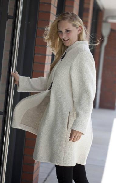 Frontansicht weißer Mantel mit Reißverschluss an Modell