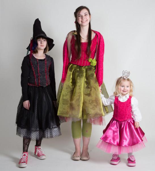 3 Mädchen im Dornröschenkostüm, im Prinzessinkostüm und im Hexenkostüm