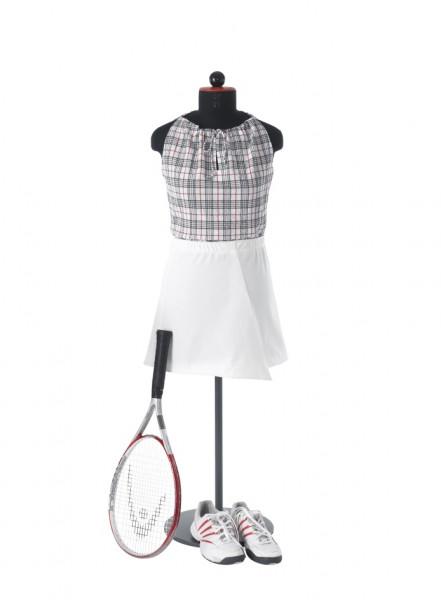 weißer Jerseyrock mit Kräuselgummi in kombination mit einem karierten, ärmellosen Baumwolltop abgebildet mit Tennisschläger und tennisschuhen
