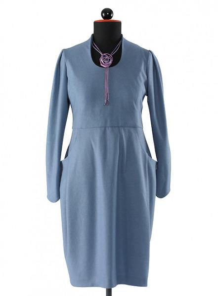 blaues Kleid mit langen Ärmeln und seitlich großen Taschen