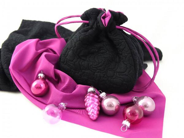 Pompadour in schwarz mit pinkfarbigen Futter.