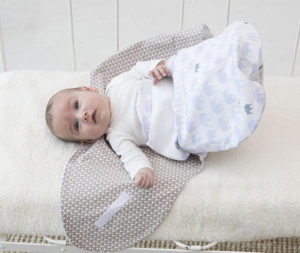 Baby im offenen Wickelpuck